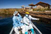 Trabajadores sanitarios en el lago Titicaca