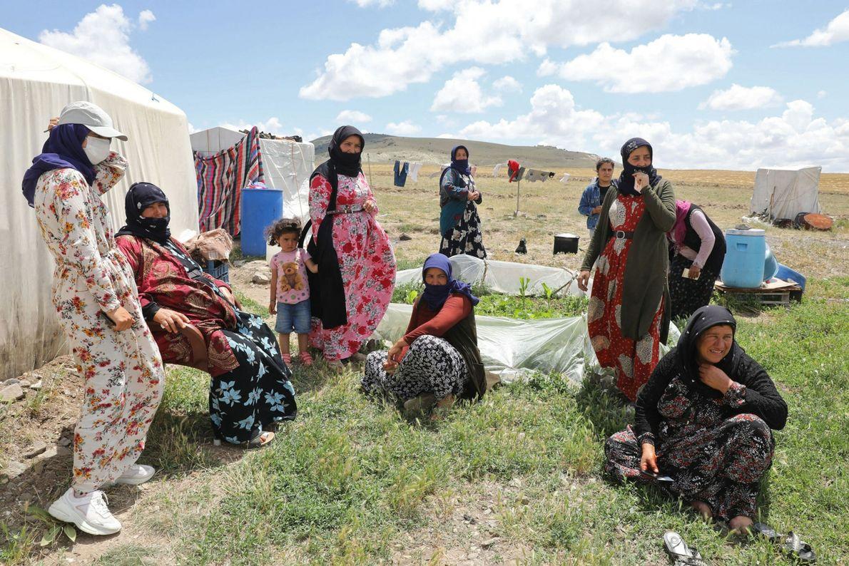 Jornaleros del pueblo de Oguzlar, Turquía, esperan para ser vacunados contra la COVID-19 por el personal ...