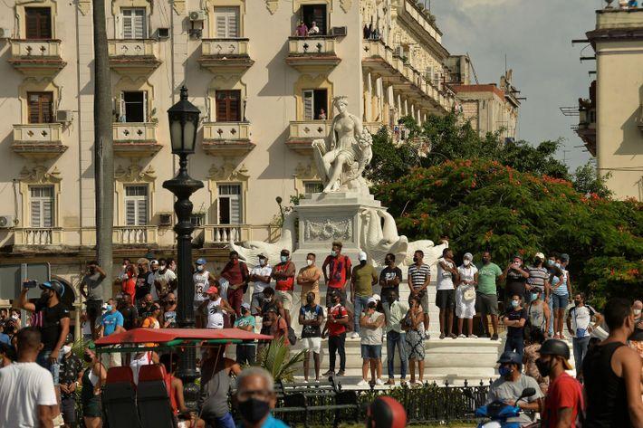 La gente participa en una manifestación contra el gobierno cubano