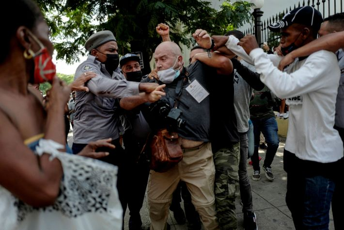 El español Ramón Espinosa es agredido por la policía