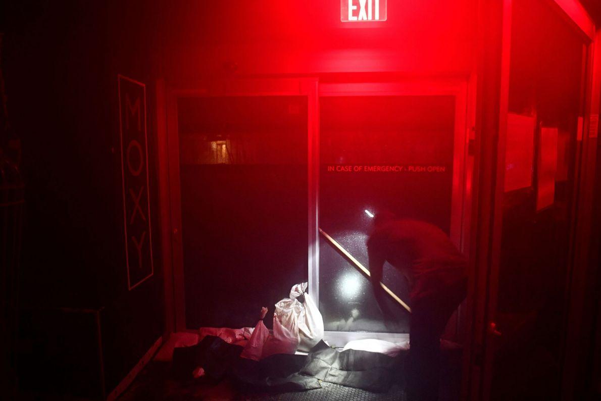 El personal de un hotel refuerza una puerta para evitar que se abra por el fuerte ...