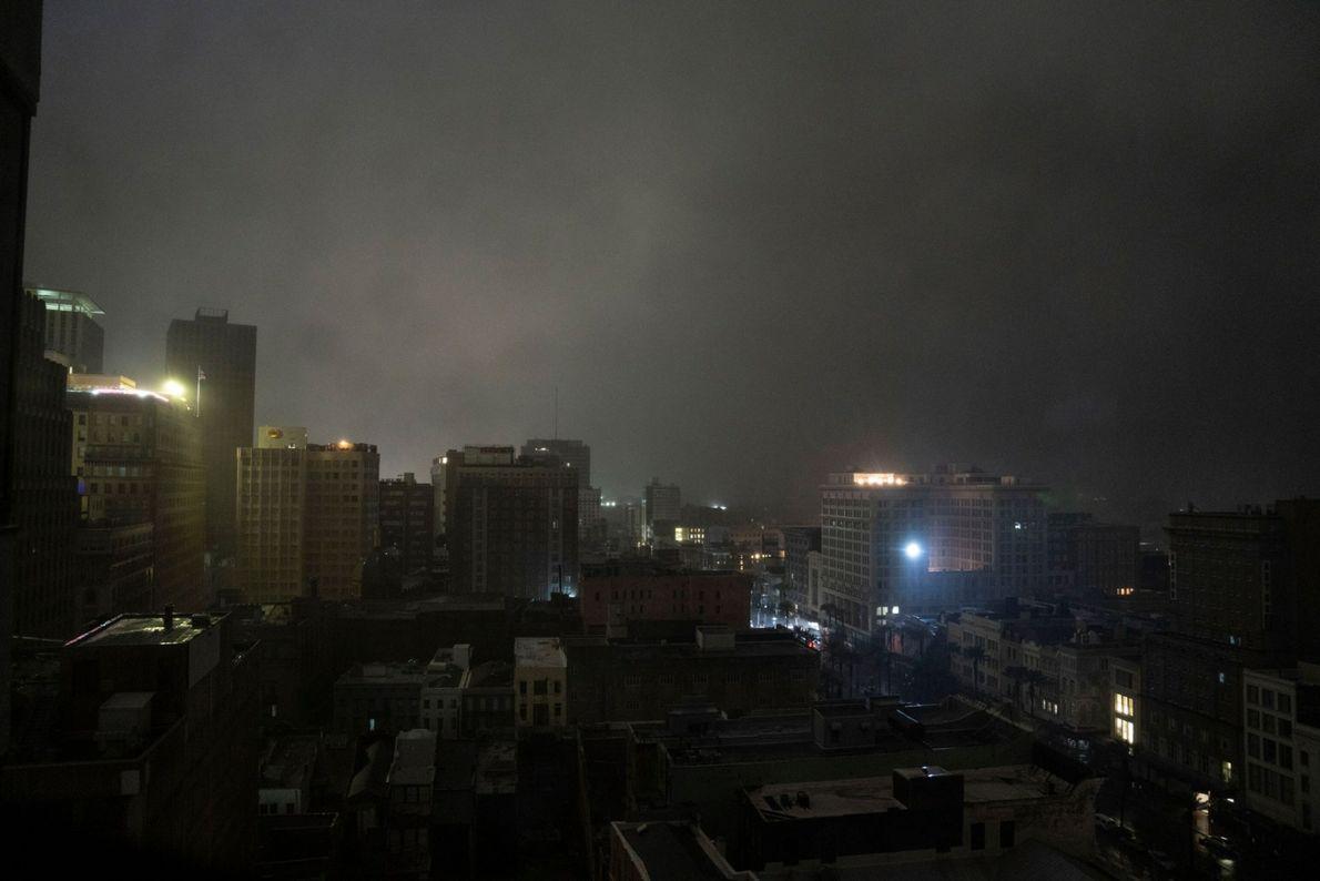 La oscuridad envuelve el centro de la ciudad a lo largo de Canal Street, en Nueva ...