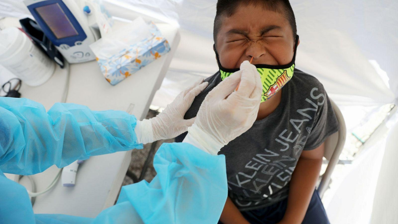 Un niño recibe una prueba de COVID-19