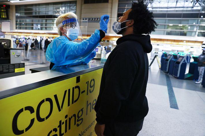 Un hombre recibe una prueba de COVID-19