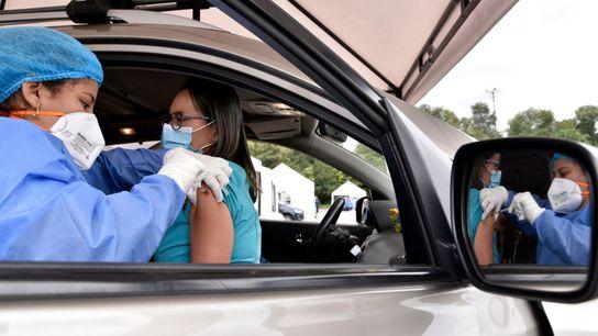 Una sanitaria recibe una dosis de la vacuna de Pfizer-BioNTech