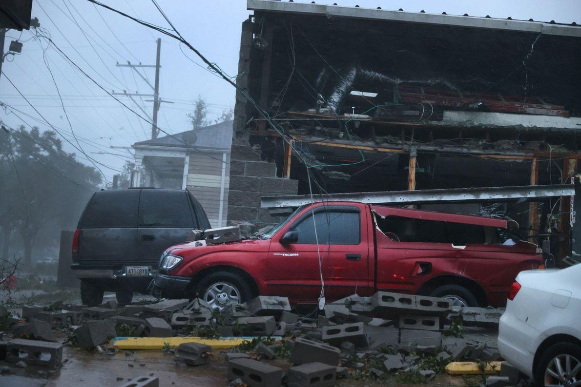 Estos vehículos resultaron dañados cuando la fachada de un edificio se derrumbó el 29 de agosto ...