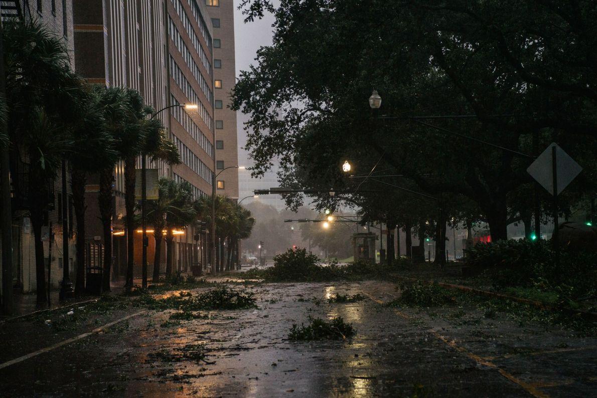 Los escombros se amontonan en una intersección del centro de Nueva Orleans el 29 de agosto ...