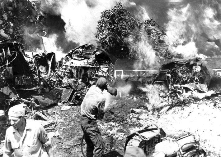 Apagando un B-24 Liberator en llamas