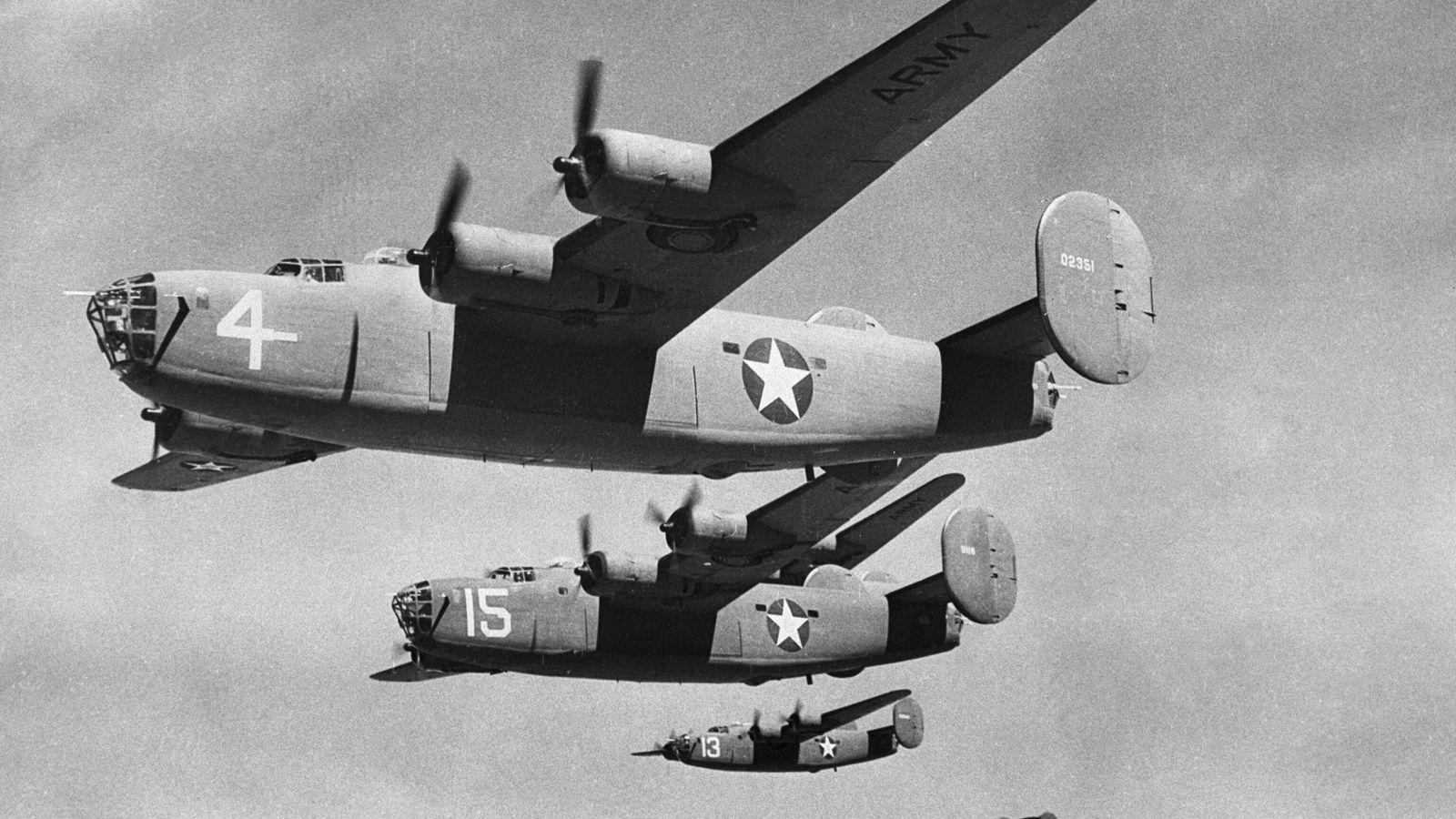 Bombarderos B-24 en pleno vuelo