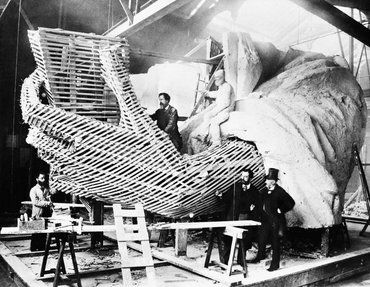 Construcción de la mano de la Estatua de la Libertad