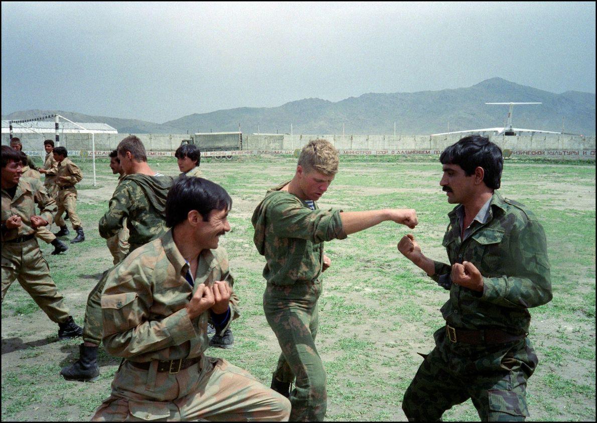 Un paracaidista del Ejercito Rojo entrena a soldados afganos