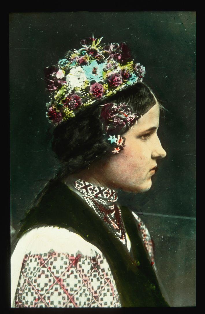 Mujer con corona de flores
