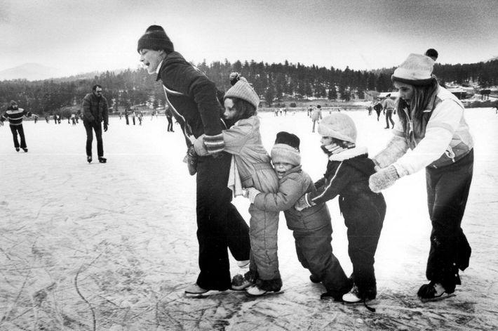Las familias patinan sobre hielo en el lago Evergreen