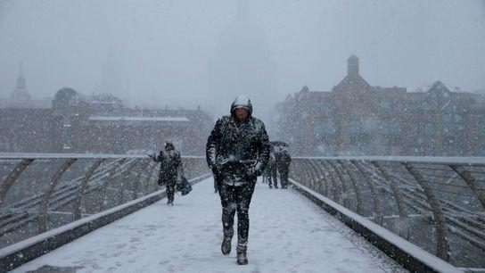 Los peatones cruzan el puente del Milenio de Londres