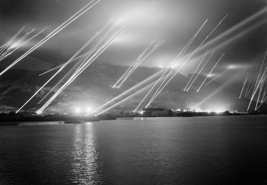 Los reflectores surcan el cielo nocturno durante un simulacro de ataque aéreo en Gibraltar, el 20 ...