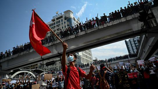 Los manifestantes se congregan en el centro de Rangún
