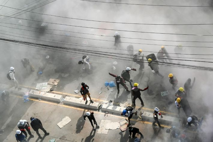 Los manifestantes reaccionan ante el gas lacrimógeno