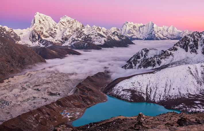 Imagen de Gokyo Ri, del lago Magic Mountain y del monte Everest en el Himalaya, Nepal