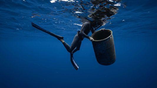 La experiencia de nadar en la isla de basura del Pacífico