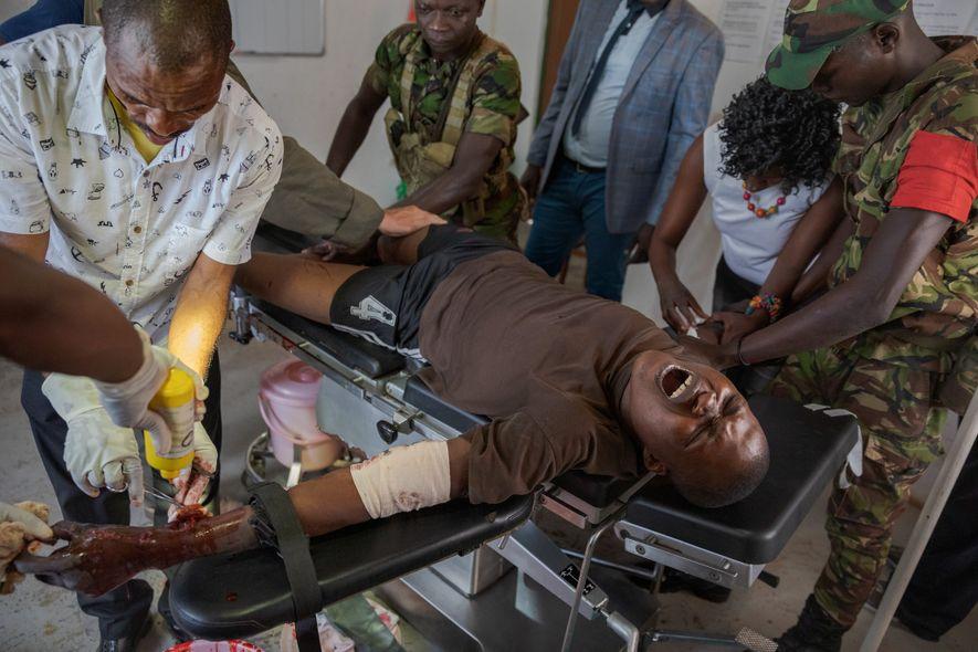 Parque nacional de Garamba, RDC: El guardabosques congoleño Izako Yungunyesi, herido de bala en la muñeca ...