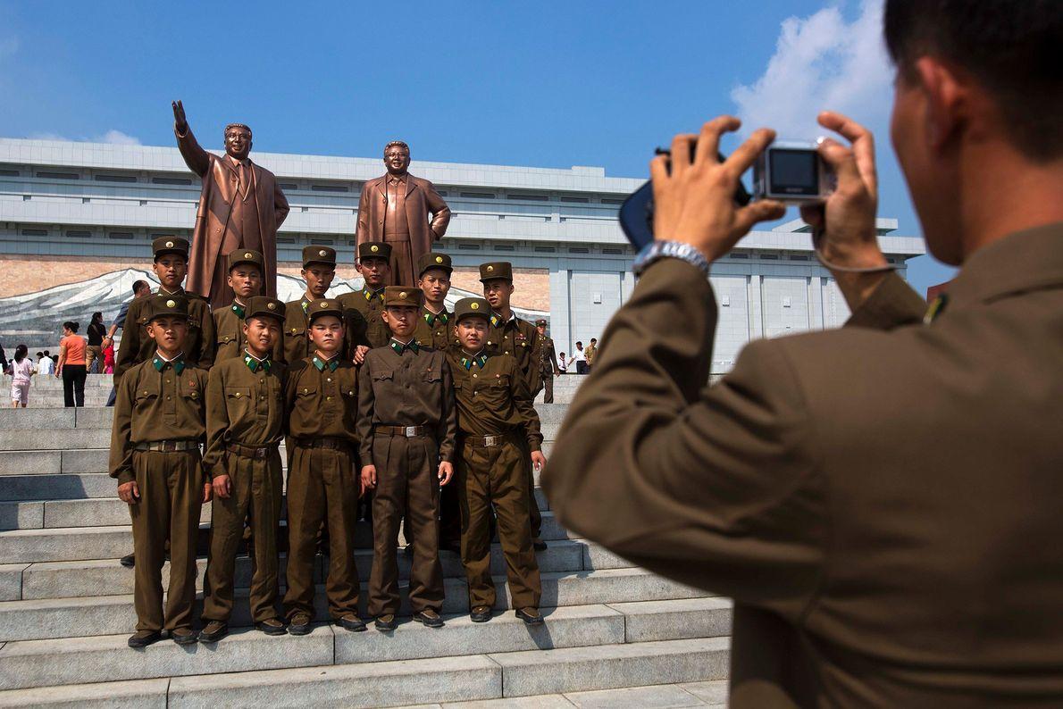 Soldados norcoreanos posan para una fotografía