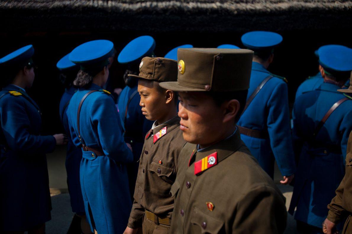 Soldados norcoreanos y guardias de tráfico