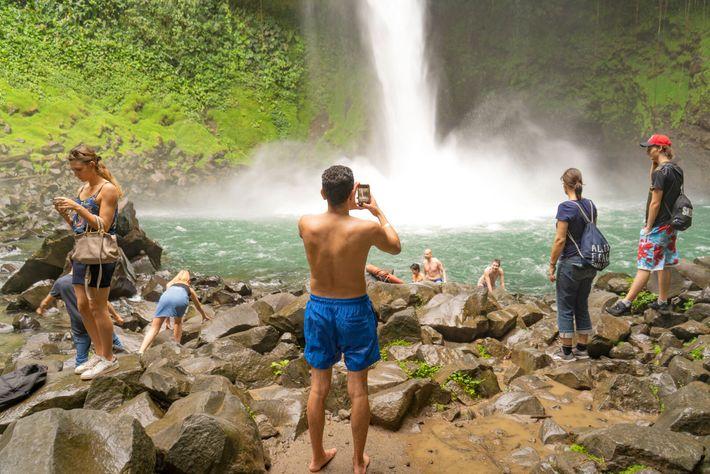 Turistas en el parque nacional Volcán Arenal