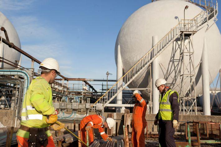 Los trabajadores inspeccionan las tuberías