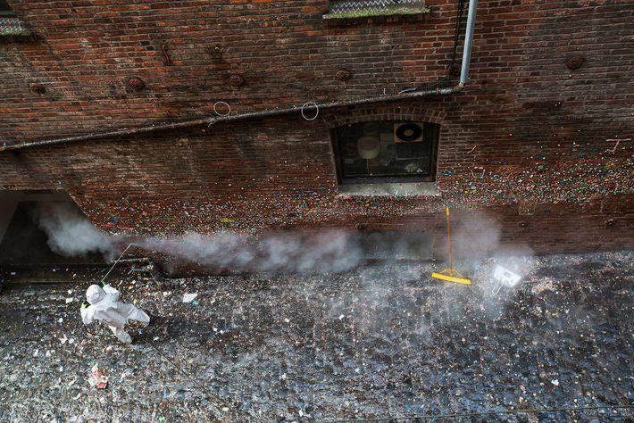 Operario limpiando el Gum Wall