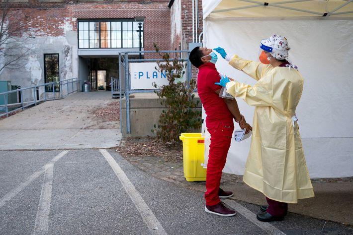 Una trabajadora sanitaria realiza una prueba de coronavirus