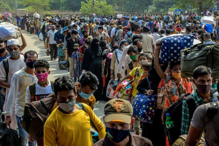 Trabajadores migrantes aguardan enla estación de tren