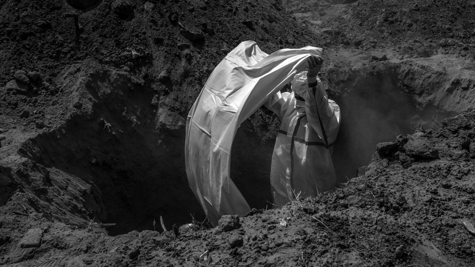 Preparan una tumbapara un hombre que falleció de COVID-19
