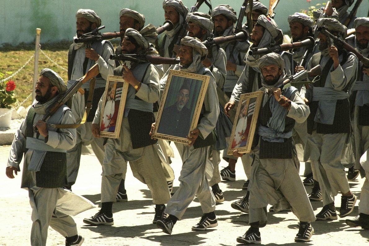 Muyahidines desfilan con retratos de Massoud y Karzai
