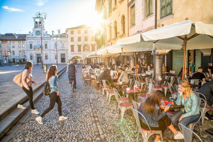 Versus, vinoteca y cafetería en Udine, Italia