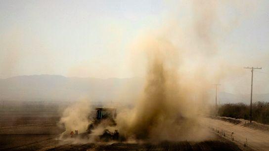 Fotografía de un tractor que ara un campo en Thermal
