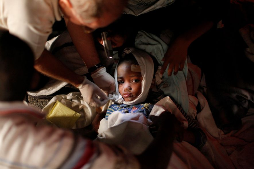 Los servicios de emergencia trataron a un niño un día después de que el terremoto de ...