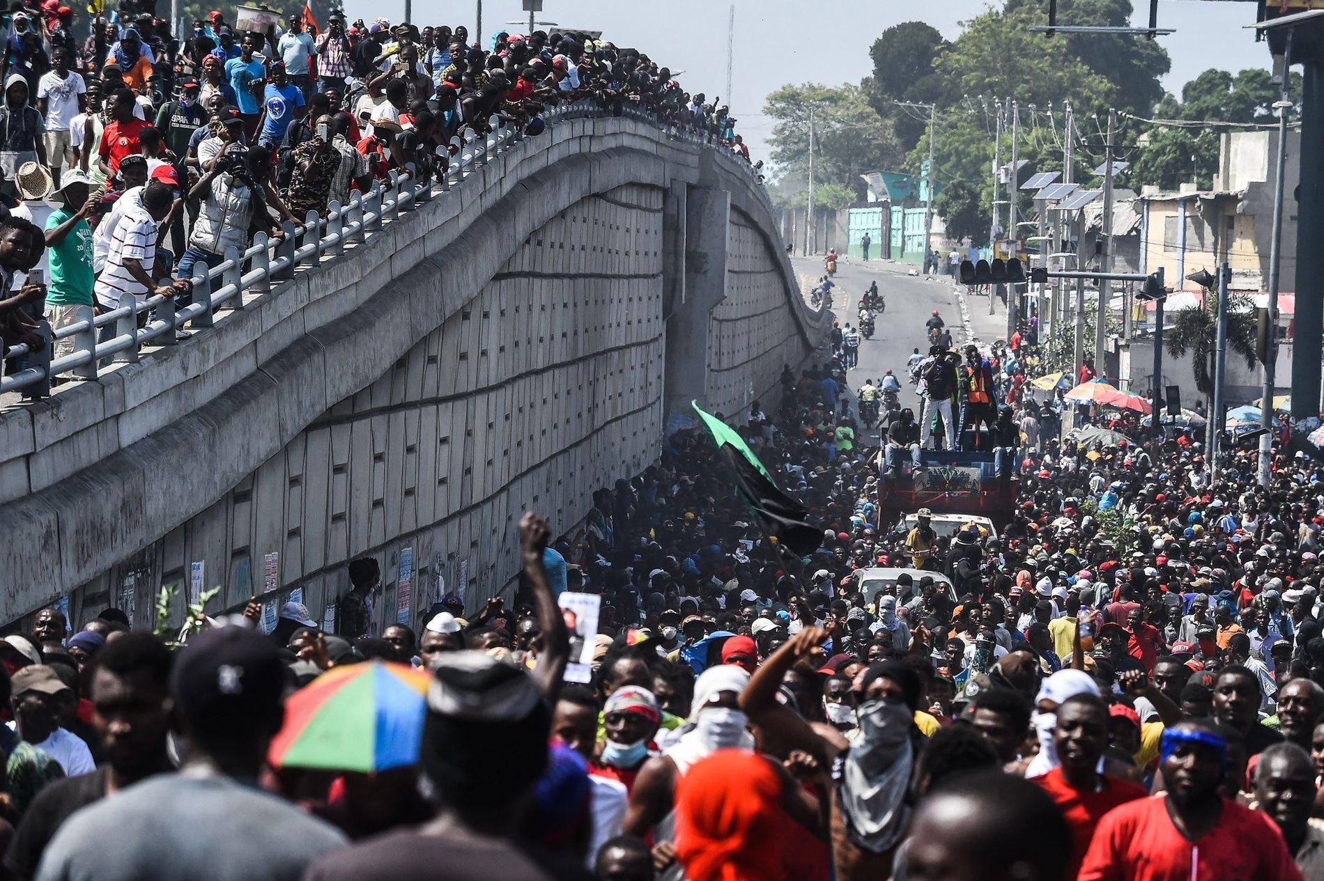 Miles de manifestantes demandaron la dimisión del presidente Jovenel Moise marchando por Puerto Príncipe en octubre ...