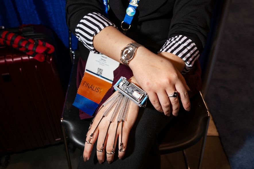 Amanda Shayna Ahteck, de Holmdel, Nueva Jersey, halló la inspiración científica mientras hacía ganchillo bajo la mesa en clase de física. Ha creado un hilo conductor de acero inoxidable en una cadena de bucles enlazados para crear sensores blandos y alargables que imiten los tendones de la mano. Ahteck espera que su dispositivo Bluetooth portátil fomente una adopción más fluida de tecnologías como la realidad virtual y ayude a los usuarios con discapacidad visual o física a interactuar con los ordenadores de forma más natural.