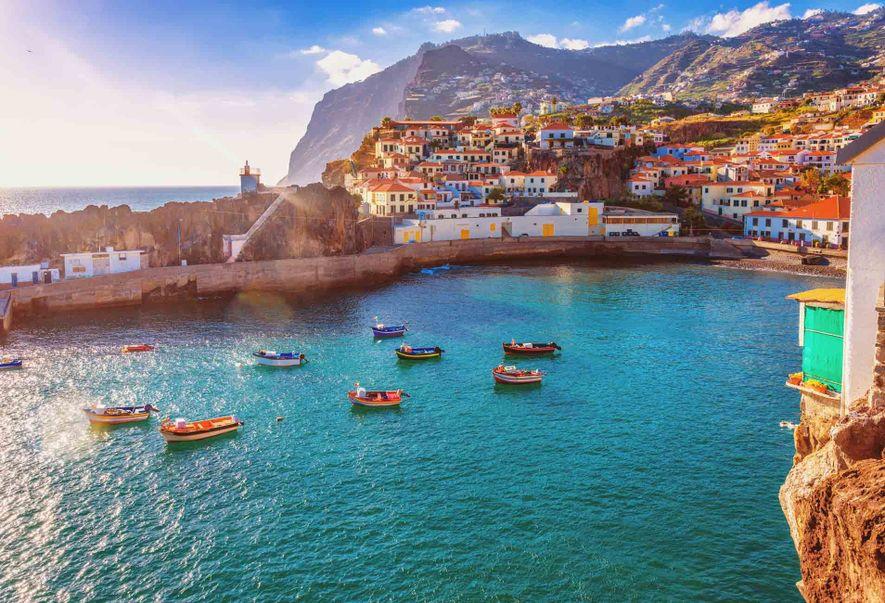 Los barcos parten del puerto de Câmara de Lobos, una aldea pesquera al oeste de Funchal, ...