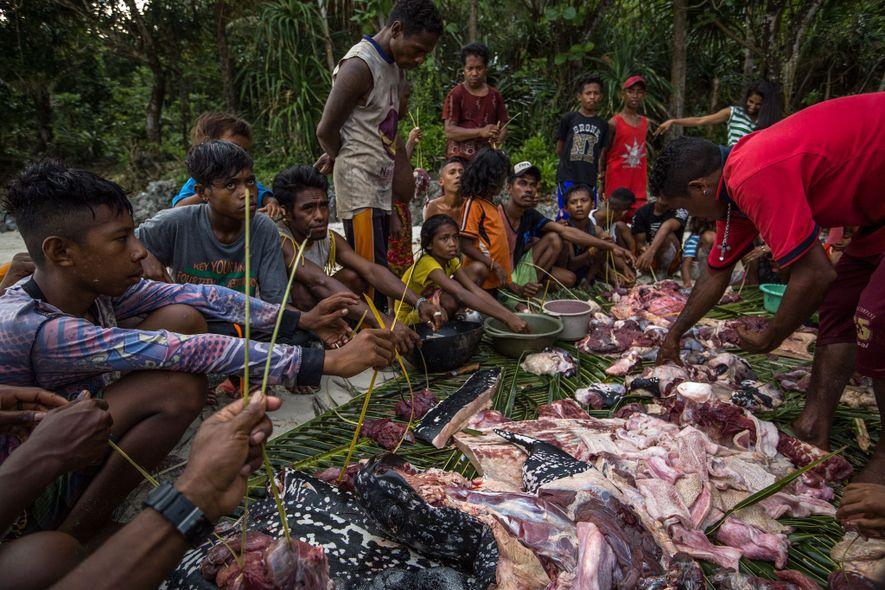 En las islas Kei, Indonesia, los arponeros han llevado a tierra una tortuga laúd y los ...
