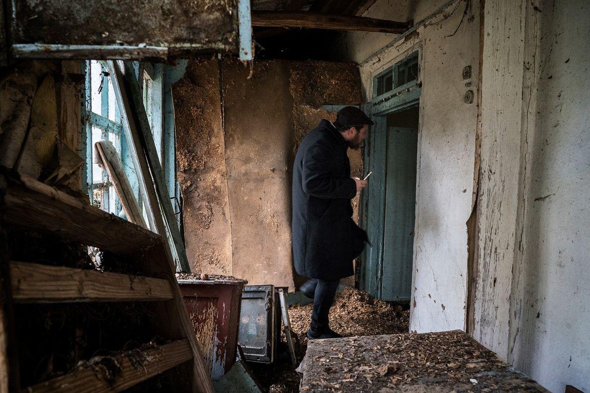 Un judío explora una casa