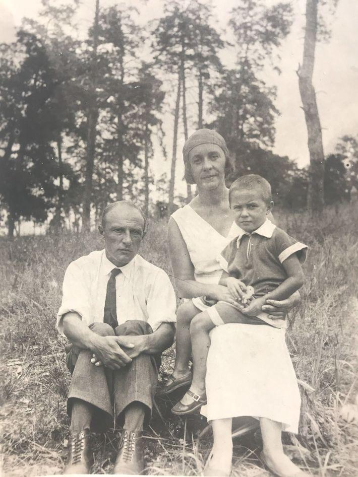 Helena y sus padres en Plyuti