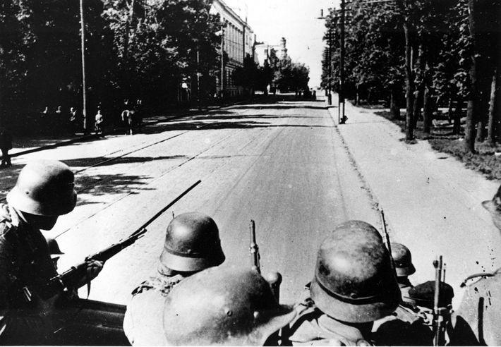 Los soldados alemanes entran en Kiev