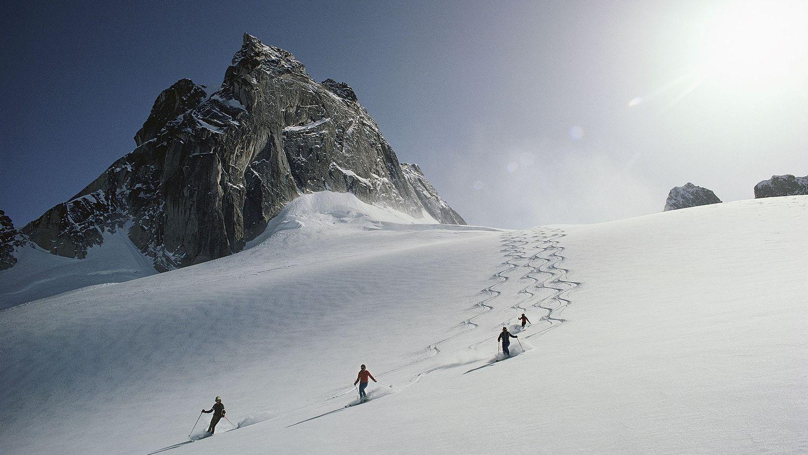 Unos esquiadores descienden por el glaciar Vowel