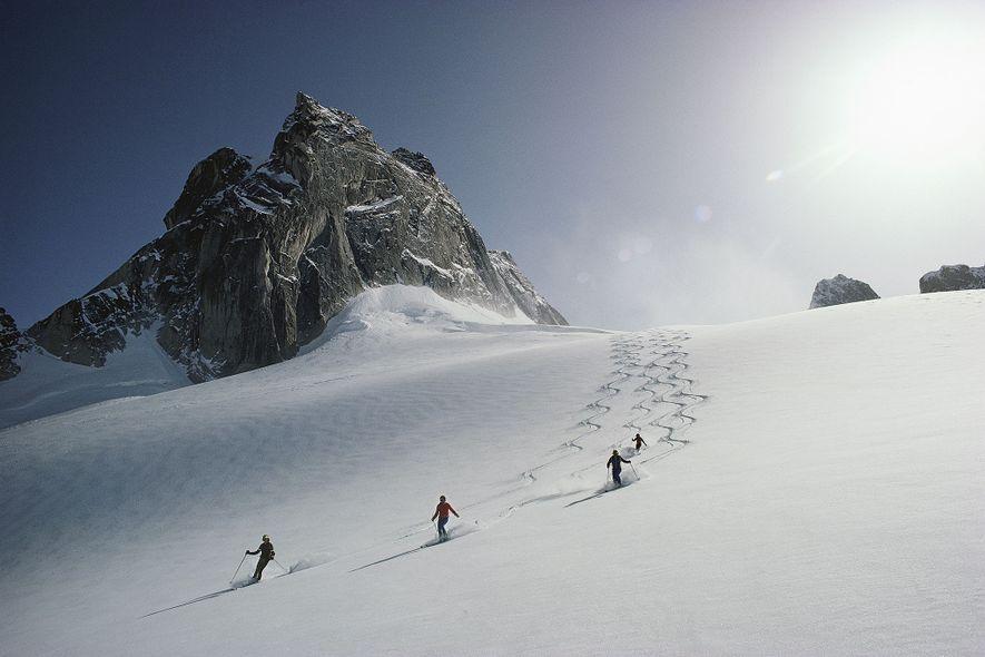 Unos esquiadores descienden por el glaciar Vowel, en el área de esquí de la cordillera Bugaboos, en la Columbia Británica.