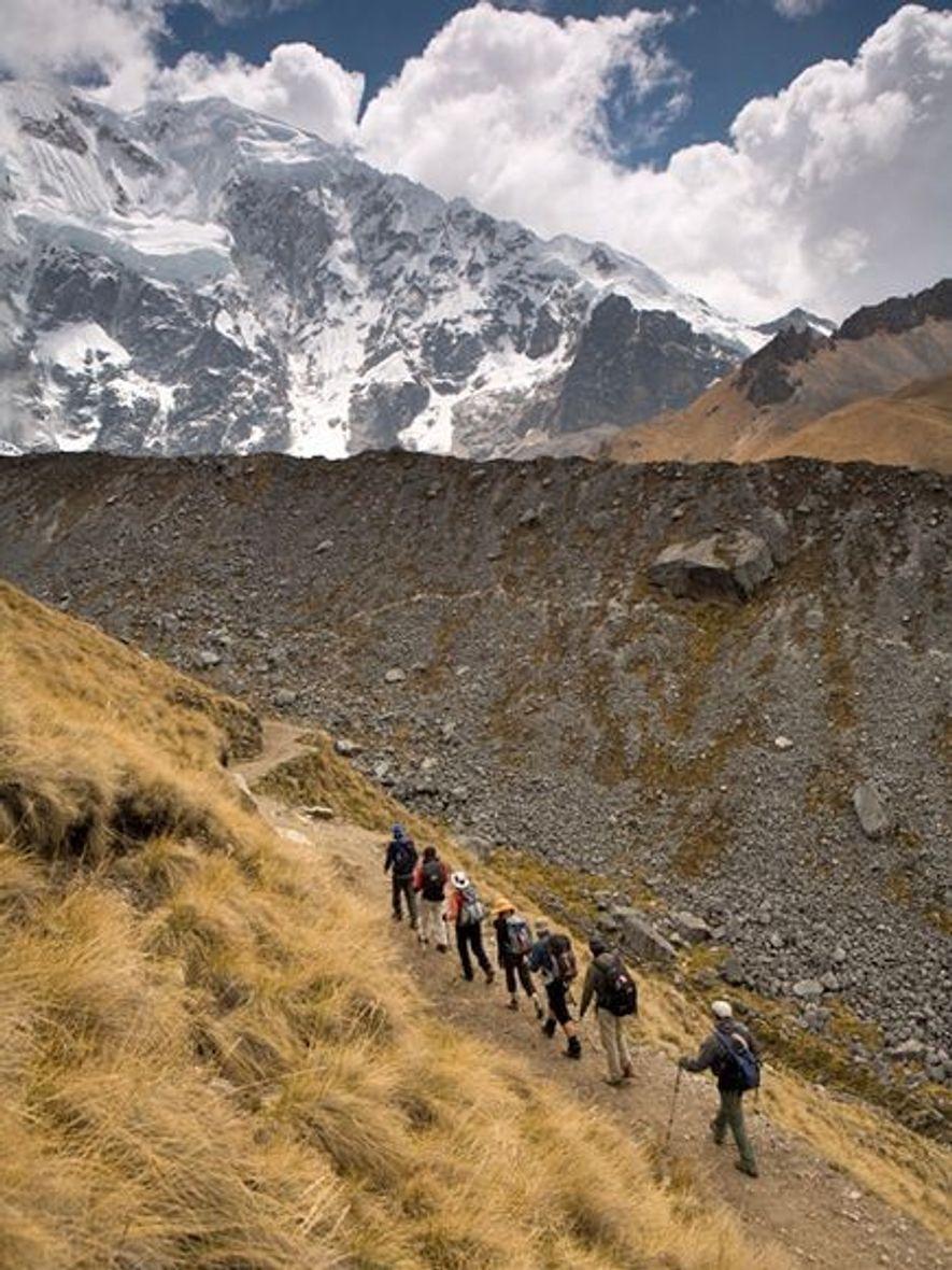 El camino Salcantay atraviesa el valle Mollepata, pasa por el monte Salcantay y cruza un bosque de nubes terminar en una diminuta estación de tren.