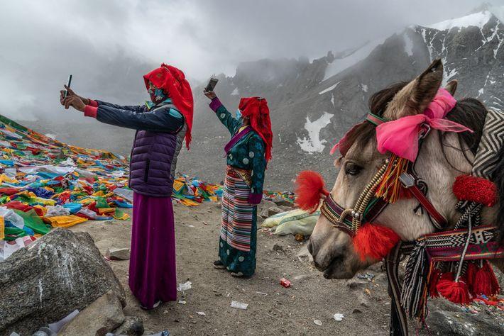 Unas peregrinas se hacen selfis en Drolma La