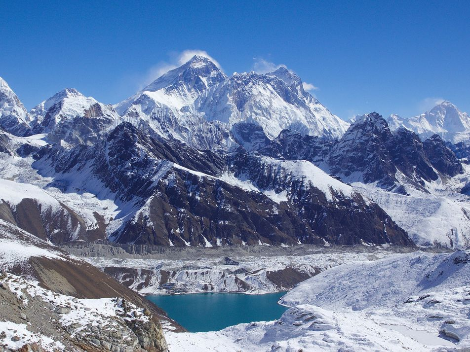 Este escalador nepalí ha encumbrado seis de las montañas más altas del mundo en un mes