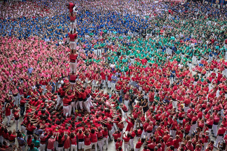 Los castellers de Barcelona construyen una torre humana durante el 27º Concurs de Castells anual.