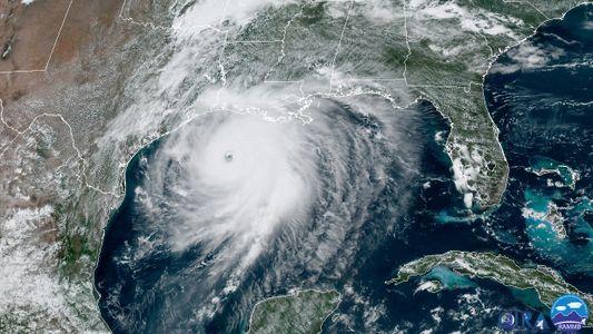 El huracán Laura toca tierra en Luisiana y Texas